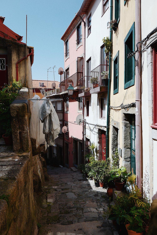 In one of the picturesque streets near Porto's Cathedral.  /Numa das ruas pitorescas que ficam perto da Igreja da Sé.