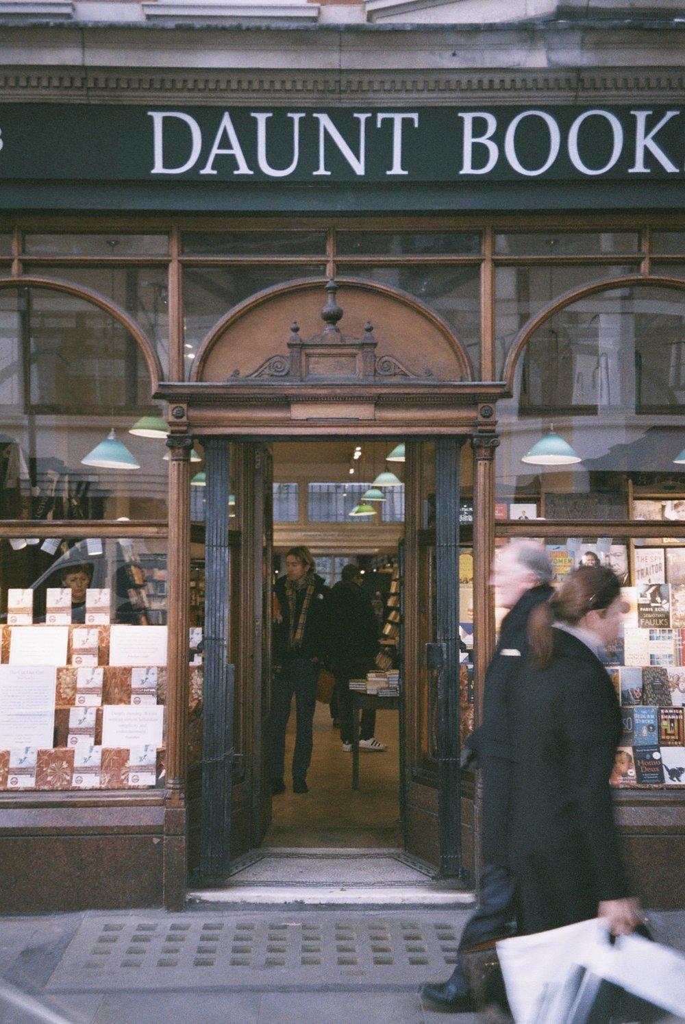 This is my favorite bookstore in London, I can spend hours in here . / Esta é a minha livraria preferida em Londres, sou capaz de passar aqui horas.