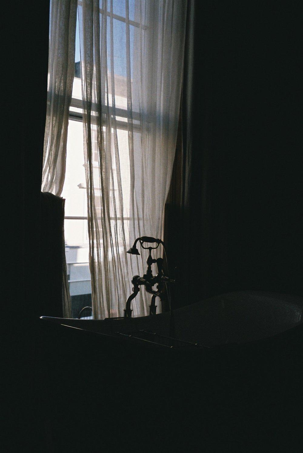 Still in the bathroom of the same hotel room, on a rare day of blue skies. /  Ainda na casa de banho do mesmo quarto de hotel, num dia raro de céu azul.