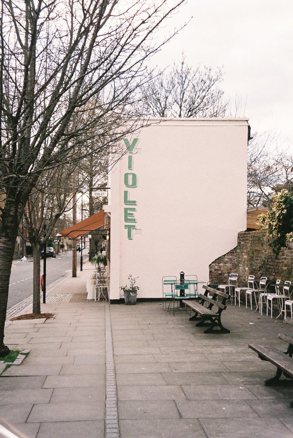 Photo taken in Hackney. Fun fact: this was the cafe where Meghan and Harry's wedding cake was made . / Foto tirada em Hackney. Fun fact: este foi o café onde foi feito o bolo de casamento do príncipe Harry e da Meghan.
