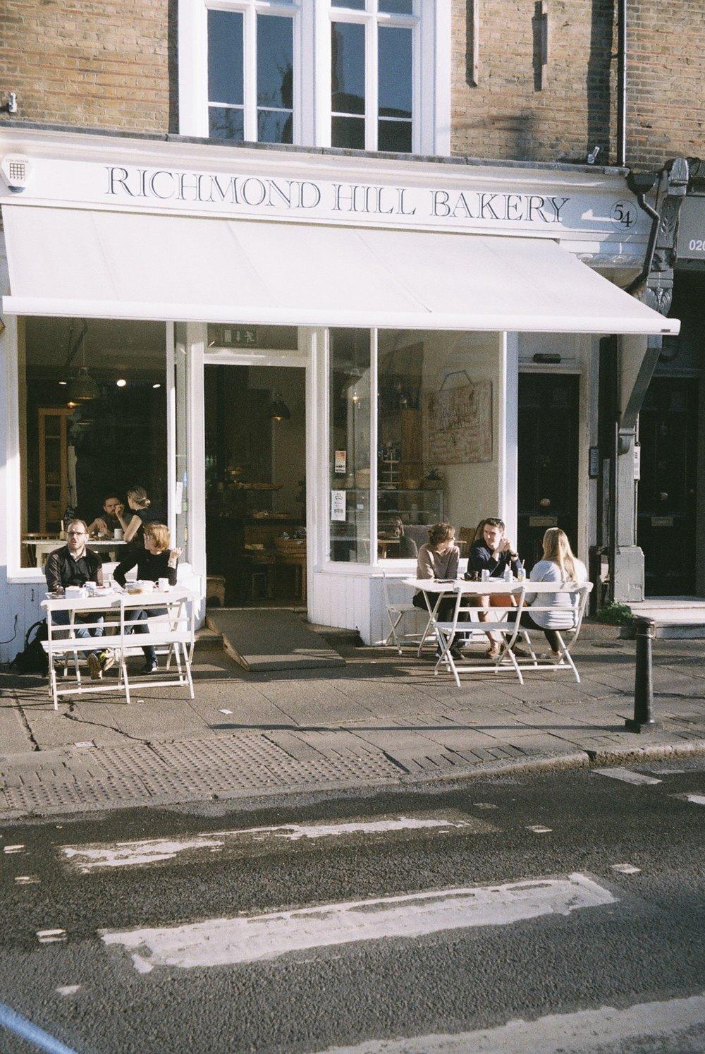 Still in Richmond, the cutest coffee shop.  / Ainda em Richmond, uma cafezinho amoroso.