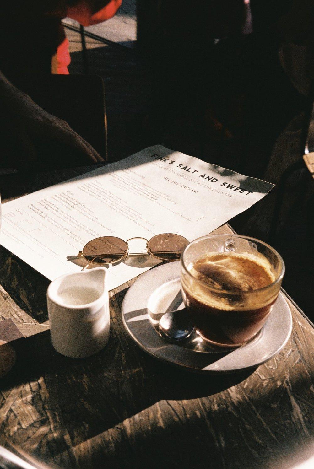 I didn't drink coffee until I came to live in London and now I love it!  / Eu não bebia café até ter vindo viver para Londres e agora adoro!