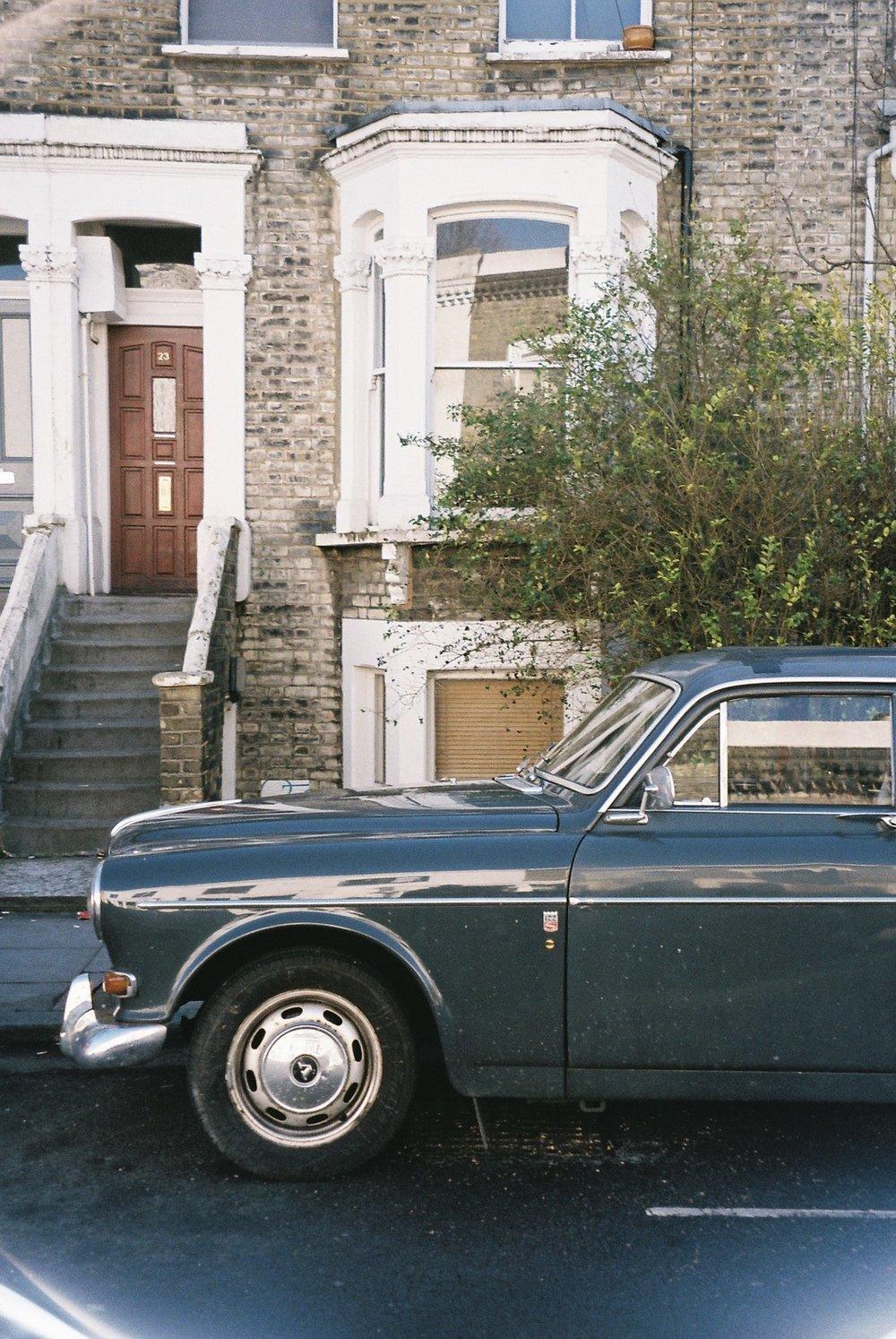 Another vintage car this time in my old neighbourhood in Islington. / Mais um carro vintage desta vez no meu antigo bairro em Islington.