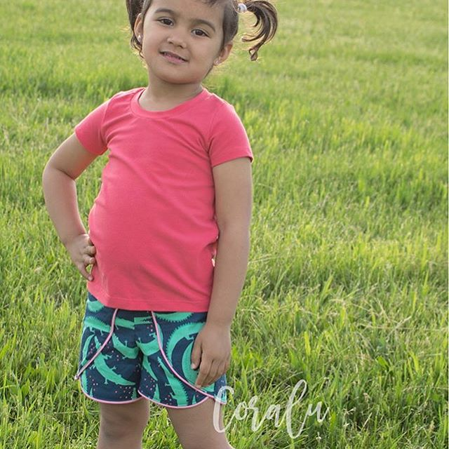 Gator shorts! Sewn by @kimrichardson120 using the Tess Tulips pattern by @bellasunshinedesigns. That pink trim pulls it all together!  #evergladesfabric #makingitfun #sewing #sewingforkids