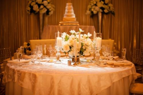 Lisa Stoner Events - Orlando Luxury wedding planner - white wedding - white wedding cake - white centerpieces.jpg
