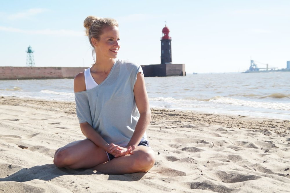 Pilates Trainerin Annika Lipke, Parkhaus Beach-Gym am Weserstrand.
