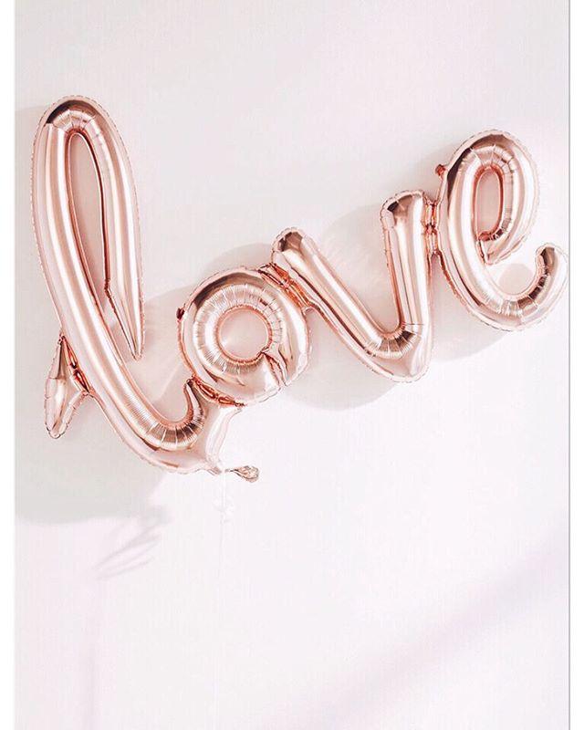 Isn't it beautiful how much love surrounds us this season? ✨ . . . . . . #FaceLove #LoveIsLove #HolidaySpirit #LoveQuotes #BeautyWellness #FeelingLoved #FridayFeeling #TistheSeason #alliwantisyou
