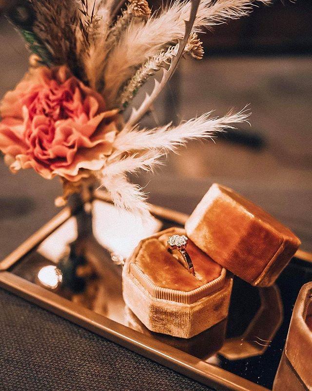 Czekając na nasz oficjalny reportaż kilka zdjęć od naszej kochanej @kasiabrejnak ⭐️🌸 🔜  na zdjęciu detal pięknego stoiska @talkaboutlovepl i cudowne pudełeczka na obrączki od @voeu_du_coeur i kwiaty od @kwiaty_wianki 🌿 #katowice #silesiaweddingday #silesiawedding #alternatywnetargislubne #pannamloda #wychodzezamaz #wesele #weddingday #wedding #silesia #ilovekato #slask #industrialnetargislubne #przajatymu #zareczyny #slubnaglowie #slub #wychodzezamazw2019 #wesele2019 #bioreslubw2019 #bioreslubw2020 #walcownia #walcowniacynku  #katowicepressoffice #slubneinspiracje