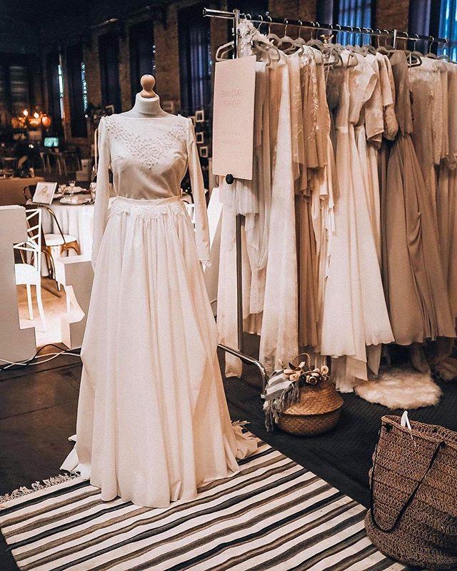 Czekając na nasz oficjalny reportaż kilka zdjęć od naszej kochanej @kasiabrejnak ⭐️🌸 🔜  na zdjęciu cudowne suknie @bridalshop.pl (uwielbiamy projekty @cathytelle) 🥂 #katowice #silesiaweddingday #silesiawedding #alternatywnetargislubne #pannamloda #wychodzezamaz #wesele #weddingday #wedding #silesia #ilovekato #slask #industrialnetargislubne #przajatymu #zareczyny #slubnaglowie #slub #wychodzezamazw2019 #wesele2019 #bioreslubw2019 #bioreslubw2020 #walcownia #walcowniacynku  #katowicepressoffice #slubneinspiracje
