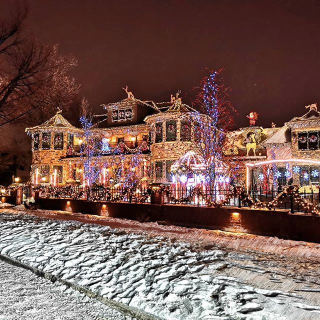 Countdown to Christmas ~ 20 days . . . #yyc #yycliving #latenightdrive #prospectingneverstops #christmas #christmaslights #massiveutilitybill #fancyhouse #crescenthill #contestwinner #christmasspirit