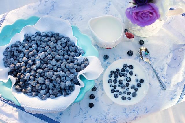 """Blåbær er en av de matvarene som alle bør innta hver eneste dag. Kjøp frosne blåbær. Ha i smoothie, lag syltetøy, ha på grøt og i kaker. Jeg spiser blåbær og bringebær sammen med havregryn og chiafrø hver dag. Til frokost eller lunsj. Det settes til soaking kvelden før. Blir du lei av det samme hver dag? Krydre med kanel eller koriander, eller noe annet god! Pterostilbene, """"medisinen"""" i blåbær kan kjøpes  HER"""