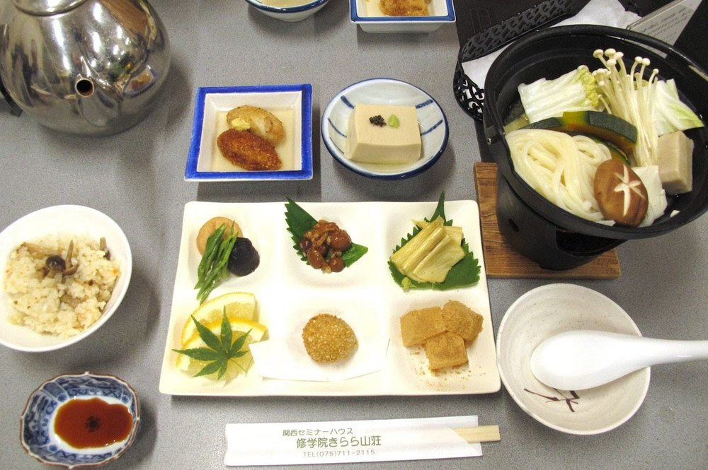 食事は、朝食、ランチ、夕食、全てベジタリアン食をご用意しております。