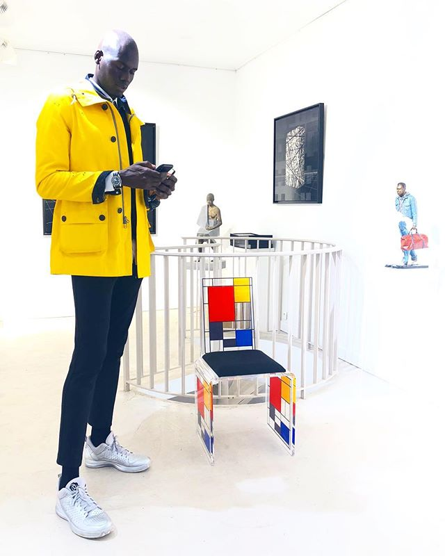 😎 Mr Fashion @badaraofficial having a visit at the gallery surrounded by the #mondrian chair desingn by @frederic_juliendesign, painting of @nadalandre and sculptures by #brunocatalano & #jesuscuria. . . . #demedicisgallery #art #artgallery #contemporaryart #paris #placedesvosges #illustration #painting #sculpture