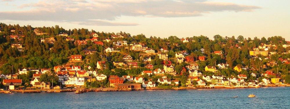 Ettermiddagssol på bebyggelse i Drøbak.