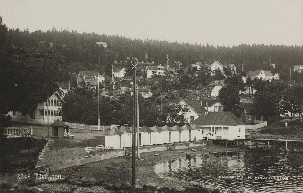 Rundt begynnelsen av 1900-tallet var Hvitsten og Emmerstad populært blant Christianiabohemen (datidens «sosietet/fiff» i hovedstaden Oslo). Bildet er hentet fra Nasjonalbibliotekets bildesamling Hvitsten, Vestby, Akershus. Dato og fotograf: Ukjent.