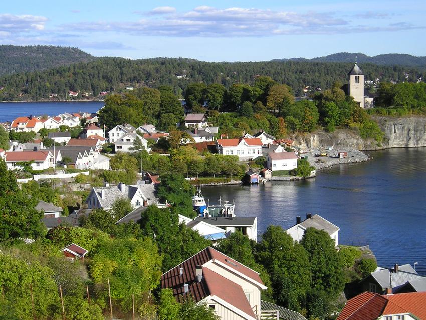 Brevik sett fra brua. «Øya», med Brevik kirke, til høyre i bildet. Fotograf: Hallvard Straume