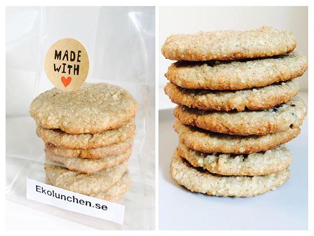 Kakor 💜🍪! Visst finns goda småkakor utan vitt socker ! Ekolunchen.se har några av dem. De här är våra mumsiga Cashew Kakor,de är sådär lite gott sega med smak av Cashew & Vanilj 😋 Mjölk & Glutenfria dessutom ! 🤗 Beställ på: info@ekolunchen.se #sött #ekolunchen #kakor #cookies #cookieswithoutwithesugar #ekologiskt #organic #healthycookies #sweets #fika #glutenfritt #glutenfree #milkfree #mjölkfritt #småkakor #kakorutangluten #nosugar #hälsokakor 🍪