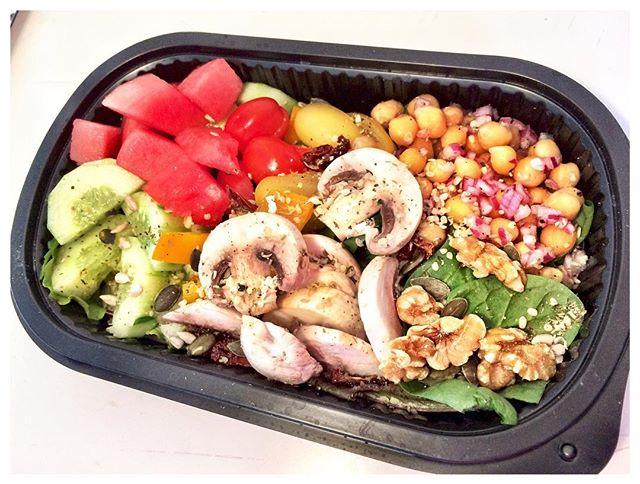 Champinjon & Melonsallad 🍉🥒🍀 Välj mellan 3 sorters dressing 🥗 Beställ på info@ekolunchen.se Leverans måndag, onsdag, fredag 🚙 #ekologisk #organic #lunch #sallad #lunchsallad #melon #champinjoner #hälsosamlunch #lunchleverans #lunchbox #lunchlåda #godlunch #vegetarisk 🥗