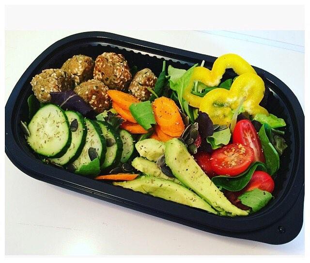 LUNCHLÅDA med Nöt & Bönbollar 🥑🍃🍅 och massa goda och fräscha grönsaker 🍃🥒! HÄLSOSAMMA LUNCHLÅDOR FÖR LEVERANS 🍃 För beställning kontakta oss på info@ekolunchen.se #lunchlåda #lunchleverans #hälsosamlunch #ekologiskt #vegetariskt #vegansk #plantbasedfood #naturligmat #glutenfritt #ekolunchen #mat #lunch #växtbaseradmat 🍃🦋🍃