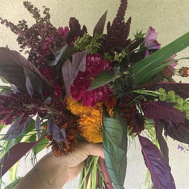 Autumnal colors & blooms grown with love by @flourishflowerspt 🍁🍂#weddingsacrossthesound #flourishflowers #pnwwedding #sweaterweather