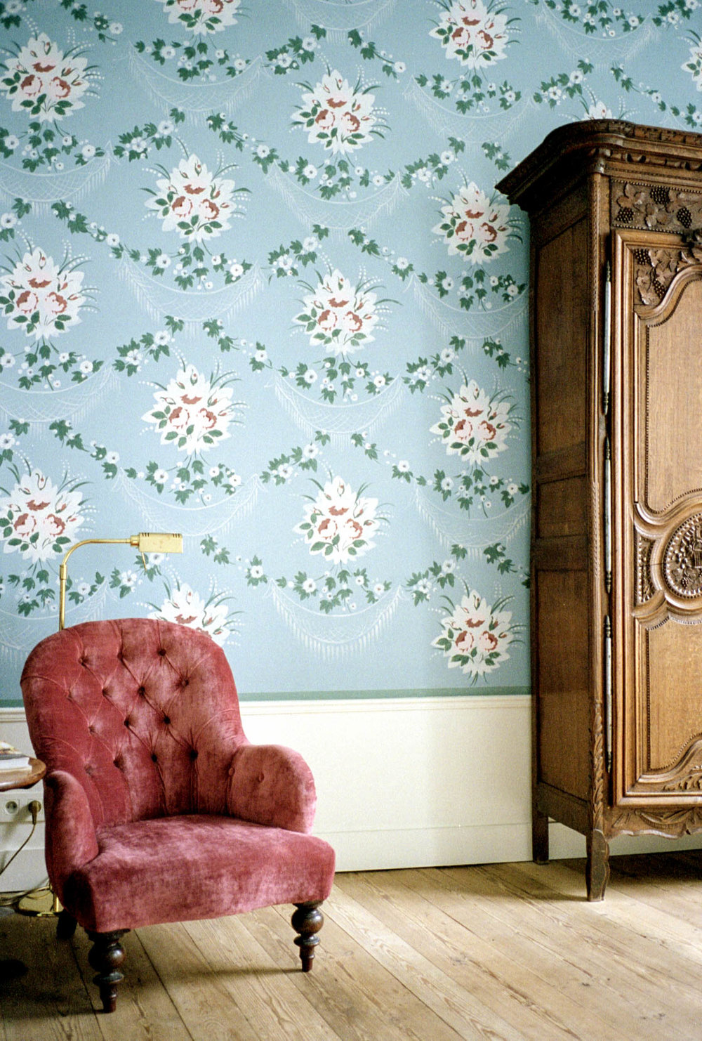 m7-011.bruges.palace_red_chair_wallpaper.jpg