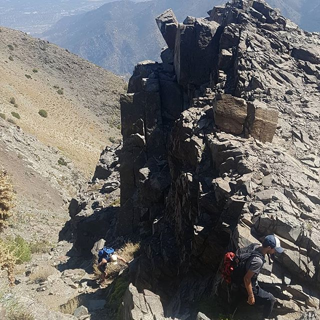Cerro La Cruz, Santiago Chile. 2552m . . . . . . . . . . . . #scrambling #climbing #mountains #exploring #southamerica #patagonia #sanpedrodeatacama #hiking #trailrunning #wildswimming #ridgewalking #rambling #trekking #exploring #doorstep #santiago #chile #sun #holiday #vacation
