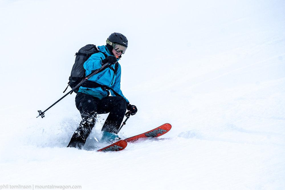 Myndi skis by feel above the Asulkan