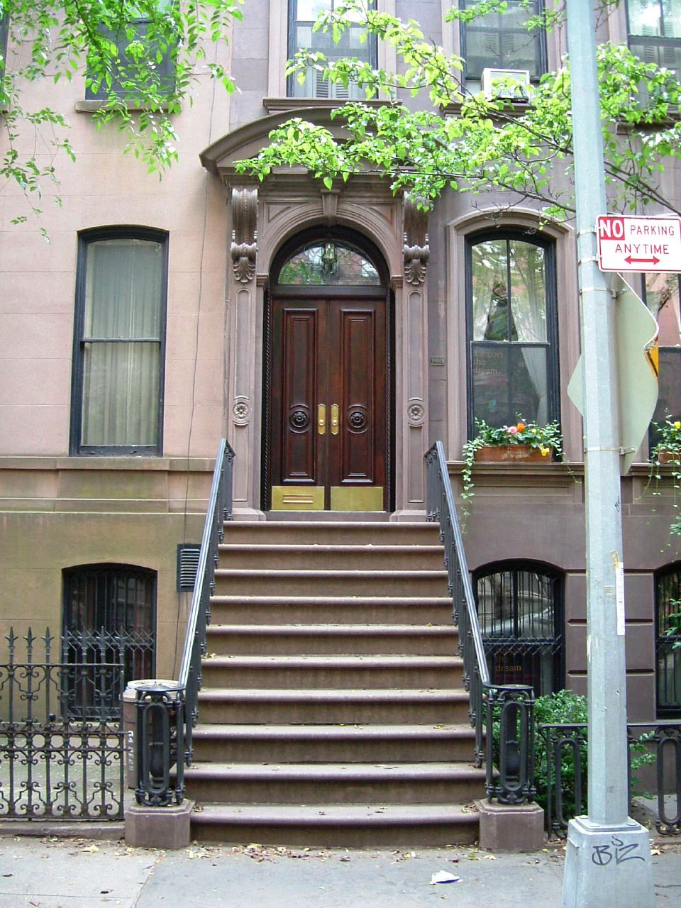 66_Perry_Street_Carrie_Bradshaw's_House_From_Sex_And_The_City_(1149739647).jpg