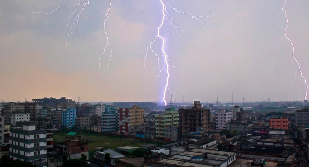 lightening strike dhaka slums.jpg