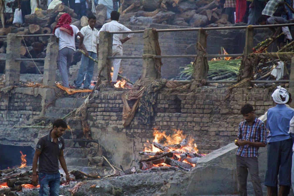 varanasi burning ghat bodies 3.jpg