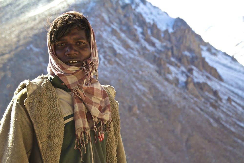 khardungla pass ladakh kashmir india himalayas photography migrant workers roads 2.jpg