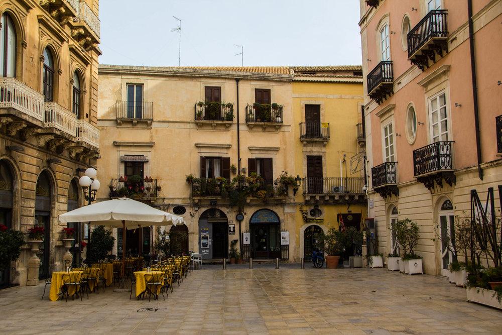 piazza-duomo-ortigya-syracuse-sicily-2.jpg