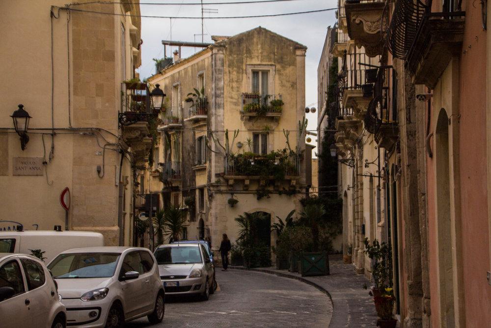 streets-ortygia-syracuse-sicily-41.jpg