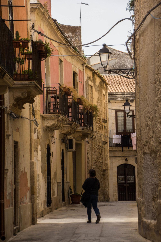 streets-ortygia-syracuse-sicily-16.jpg