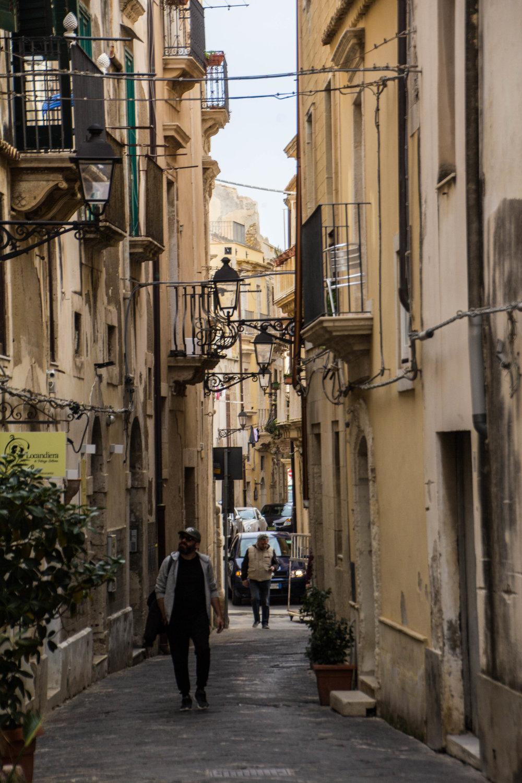 streets-ortygia-syracuse-sicily-24.jpg