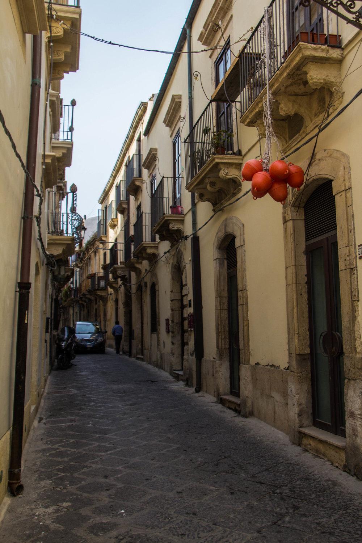 streets-ortygia-syracuse-sicily-32.jpg