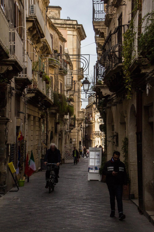 streets-ortygia-syracuse-sicily-43.jpg