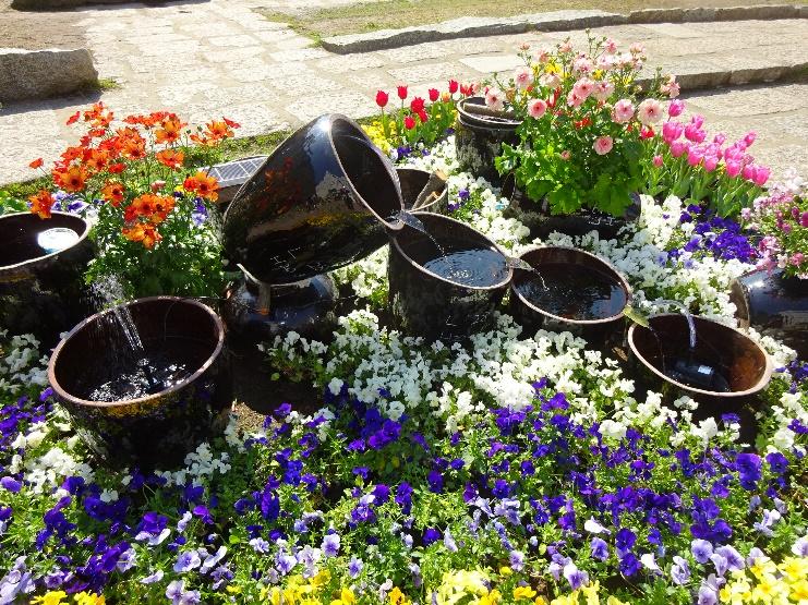 甕を使って「雨にわ」づくり   九州から送られてきた焼酎甕があります これに雨を貯めて庭づくりに活かしましょう   甕の大きさはおよそ30ℓ 一つで花壇と組み合わせてもよし いくつか組み合わせてデザインするもよし