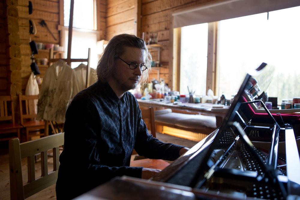 Perilliset - monitaiteinen konsertti (Heirs - Multi-art Concert), Emil Holmström at Särestöniemi, Photo by Jouni Ihalainen