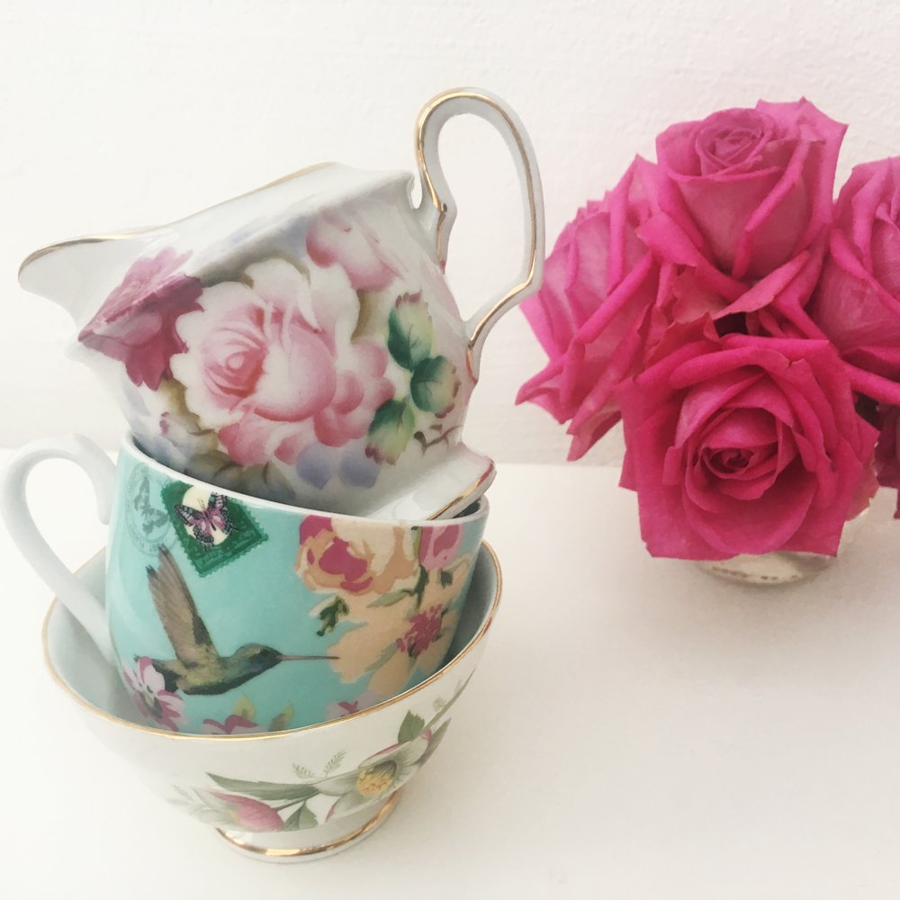 A mixture of vintage crockery. For further information please get in touch.