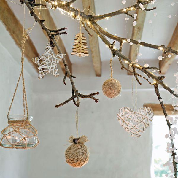 une-deco-de-noel-avec-des-branches-ici-une-branche-d-arbre-suspendue-avec-des-suspensions-stylisme-imagine-par-jardiland_5743257.jpg