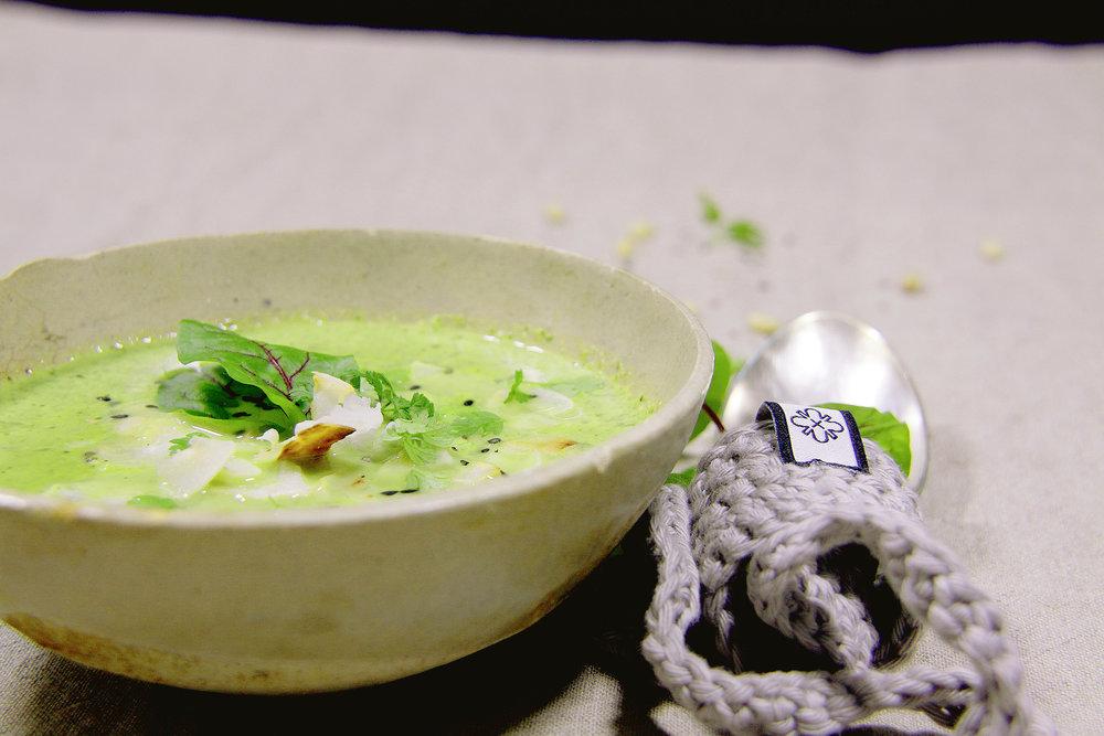 Entgiftend und kräftigend ist die Suppe aus frischen Kräutern und exotischen Gewürzen.