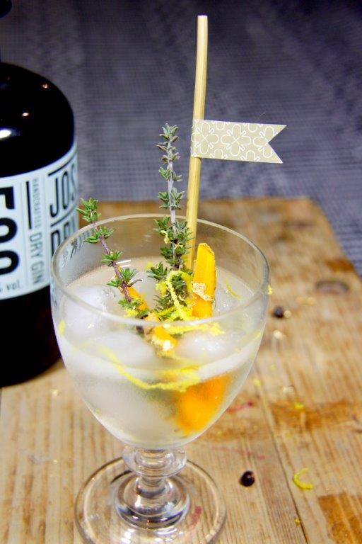 Durch einen echten Strohhalm kann man den Cocktail noch gesünder genießen!