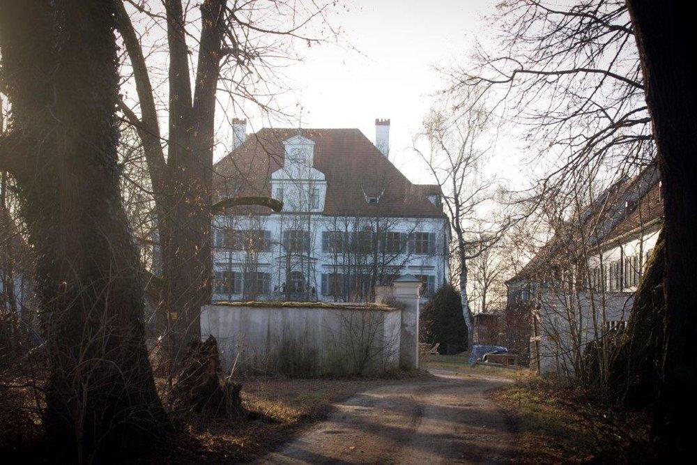 Stilvoll wohnen kann man in den Wohnungen des Schlosses Weyhern - Parkanlage und Pool inklusive.
