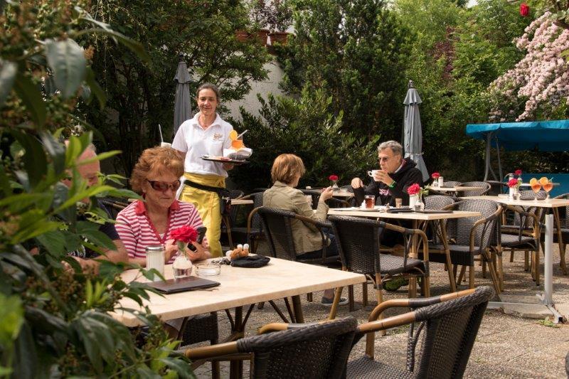 In dem gemütlichen Cafégarten der Bäckerei und Konditorei Martin Reicherzer kümmerst sich unter anderen Ariane Hoffmann um das Wohl der Gäste.