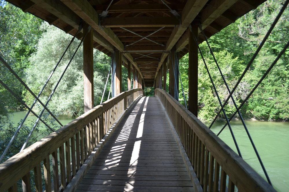 Die Holzbrücke in Grafrath.