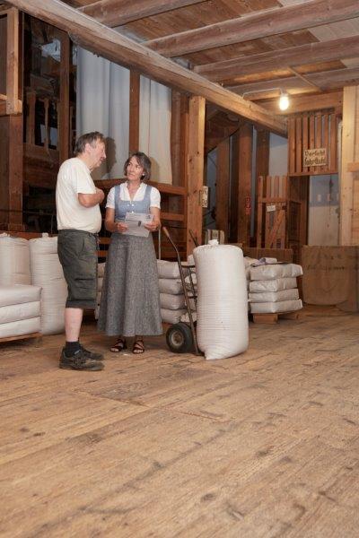 Mit Albert Aumüller (Furthmühle) ist Susanne Poller ständig in Kontakt. Beiden liegt die sensible Sanierung des Gebäudes und der Mühlentechnik sehr am Herzen.