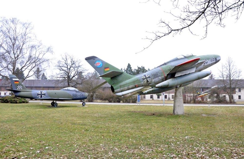 Vor noch gar nicht allzu langer Zeit donnerten die Maschinen über die Köpfe der Landkreisbewohner. Jetzt ruhen die Militärflugzeuge in Frieden auf den Wiesen.