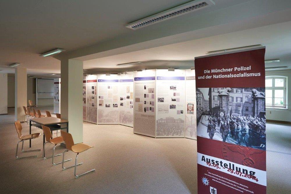 Wo Sonne ist, ist auch Schatten und im Fall des Kloster Fürstenfeld war das die Zeit des Nationalsozialismus, als hier Männer zu Offizieren ausgebildet wurden, die dabei zugleich für den Holokaust trainierten. Eine Dauerausstellung und das Buch des Gröbenzellers Sven Deppisch erinnern an diese Zeit.