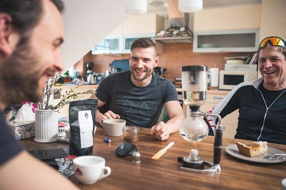 Kaffee trinkt er nicht um wach zu bleiben, sondern zum Genuss. Bei seinen Wettkämpfen schaut René Pfaffner auch immer nach, ob sich nicht noch eine neue Rösterei in der Nähe besuchen lässt.